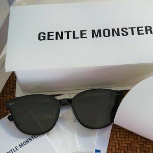 Gentle Monster Sunglasses LANG 01 in black
